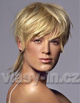 sestříhaný účes z rovných vlasů blond barvy, s ofinou do čela ...